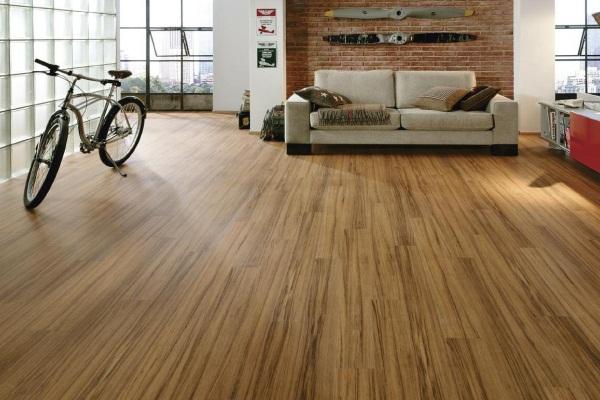 Sàn gỗ với kiểu vân gỗ dài giúp không gian trông rộng rãi hơn