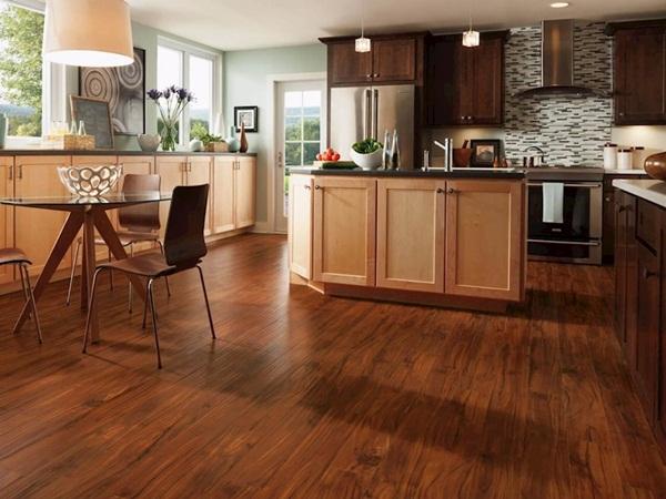 Sàn gỗ tối màu thích hợp thiết kế gian bếp