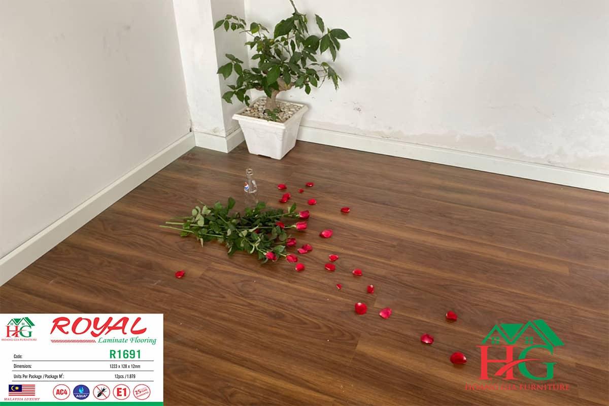 Sàn gỗ màu óc chó ROYAL R1691