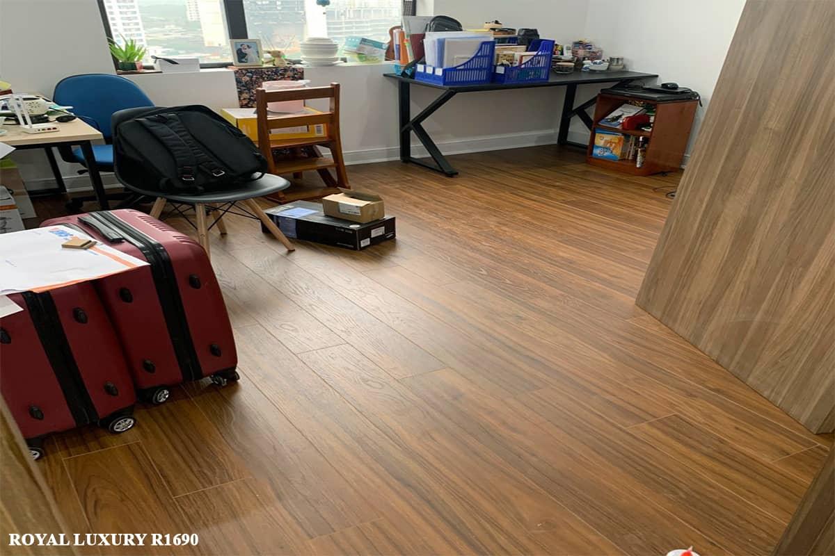 Sàn gỗ màu óc chó  ROYAL R1690