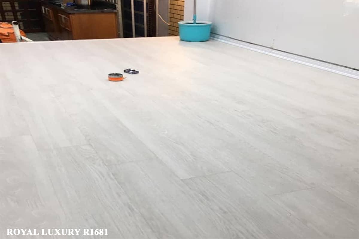 Sàn Gỗ ROYAL LUXURY R1681 trắng xám