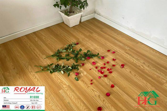 Sàn gỗ màu vàng ROYAL R1698